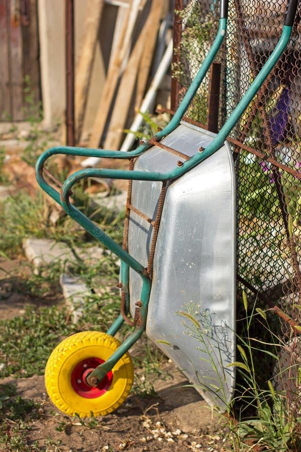 Carretilla de la agricultura, al aire libre, limpiando el jardín, basura, imágenes de archivo libres de regalías