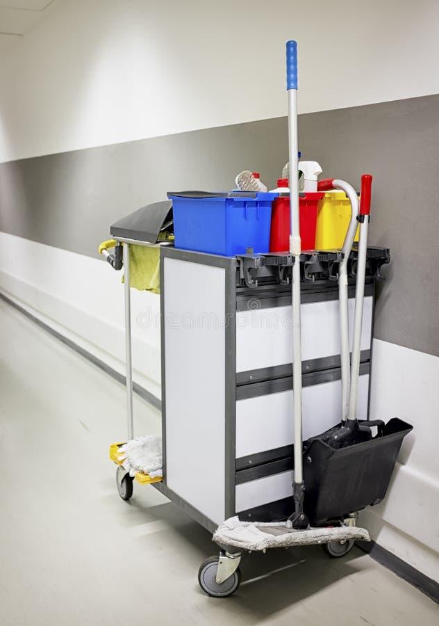 Carretilla de la limpieza - mantenga el carro imagenes de archivo