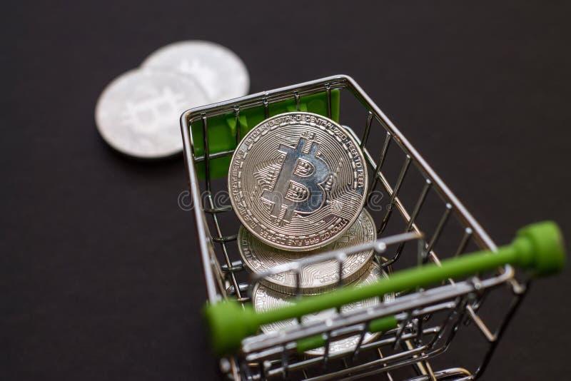 Carretilla de la tienda para las compras con los bitcoins Bitcoi Crypto de la moneda fotos de archivo