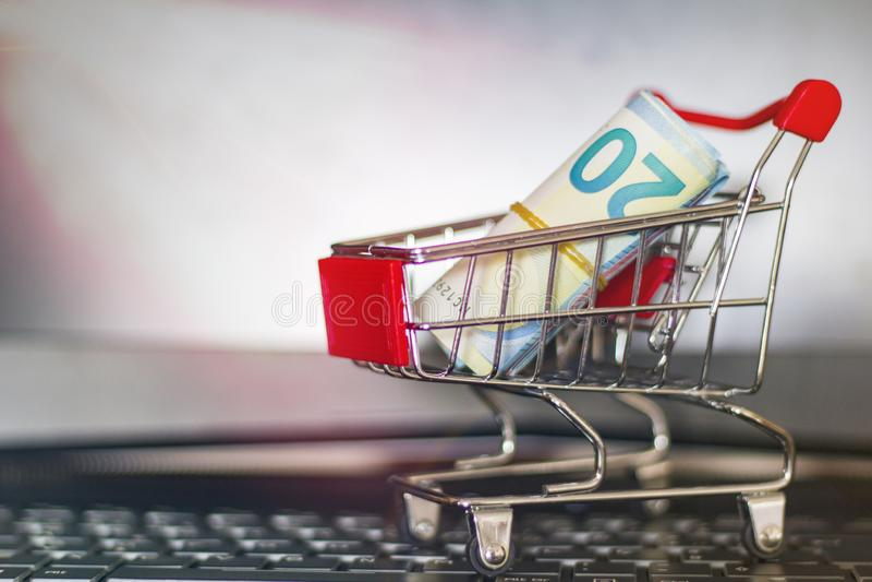 Carretilla de las compras en un teclado del ordenador portátil Concepto en l?nea de las compras foto de archivo libre de regalías