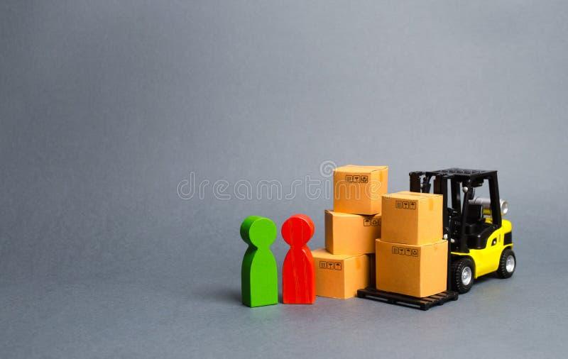 Carretilla elevadora amarilla con las cajas de cartón cerca de un comprador y de un vendedor del cliente Negocio y comercio Negoc imagen de archivo libre de regalías