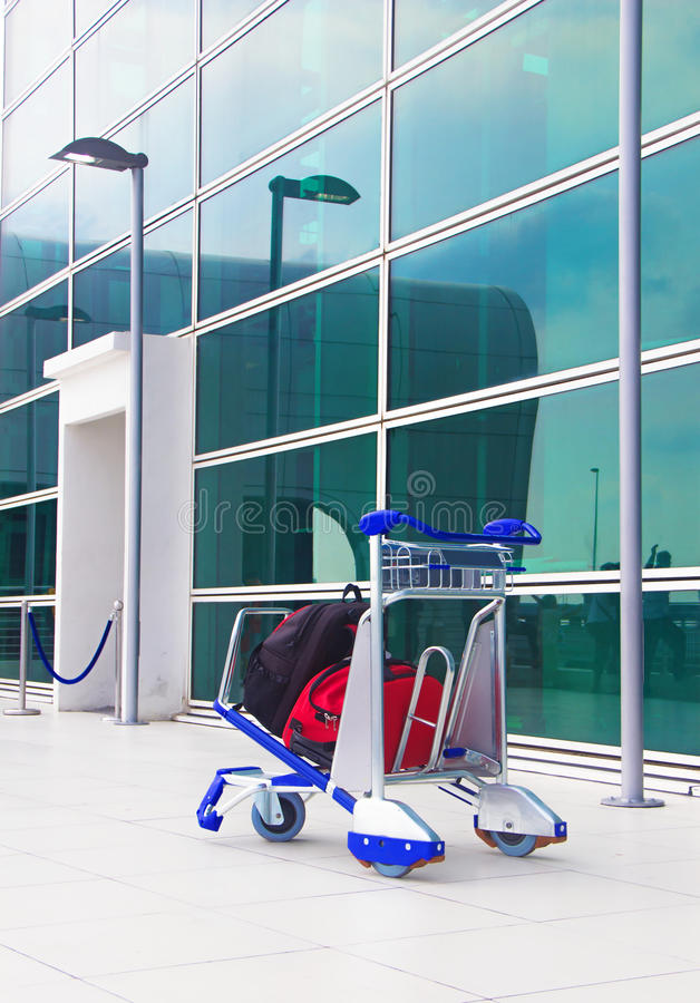 carretilla en el aeropuerto foto de archivo