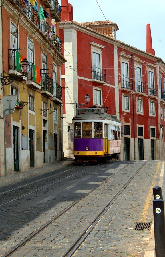Carretilla en la calle de Lisboa Portugal imágenes de archivo libres de regalías