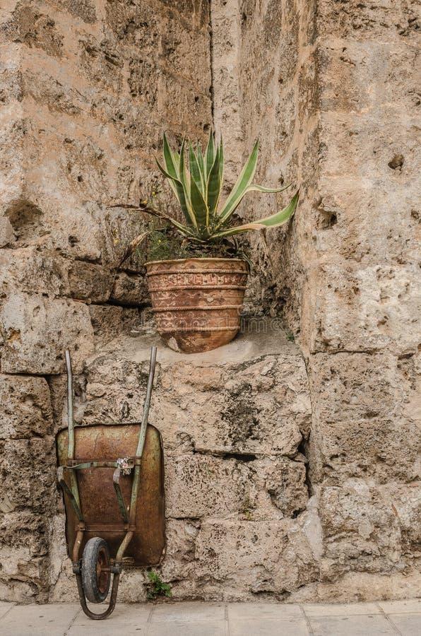 Carretilla olvidada en la piedra de una iglesia fotos de archivo libres de regalías