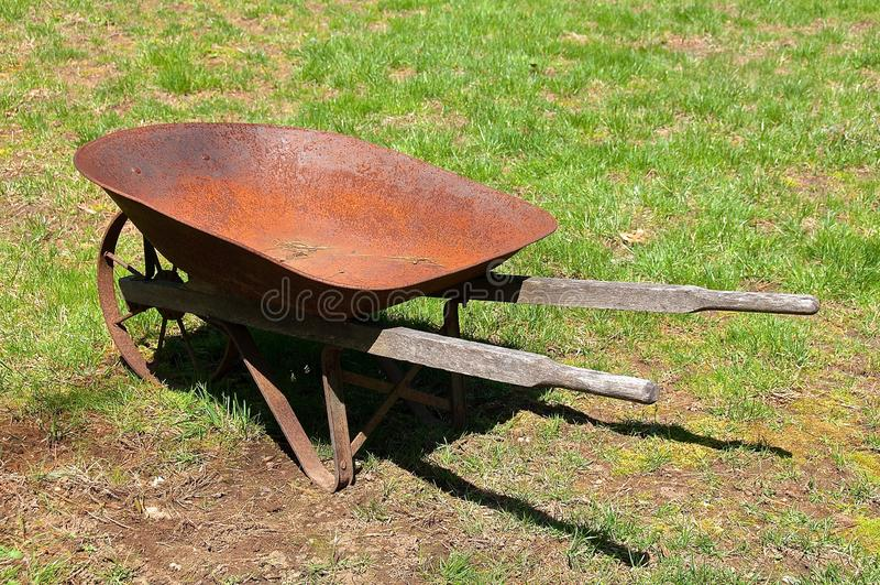 Carretilla oxidada vieja del metal por completo de la pátina imagen de archivo libre de regalías
