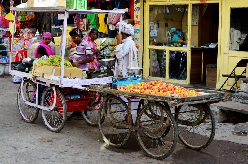 Carretillas de la mercado de la fruta, Deogarh, la India fotografía de archivo libre de regalías