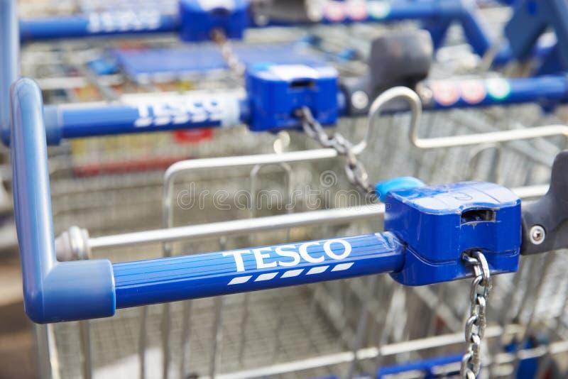Carretillas de las compras fuera del supermercado de Tesco fotos de archivo