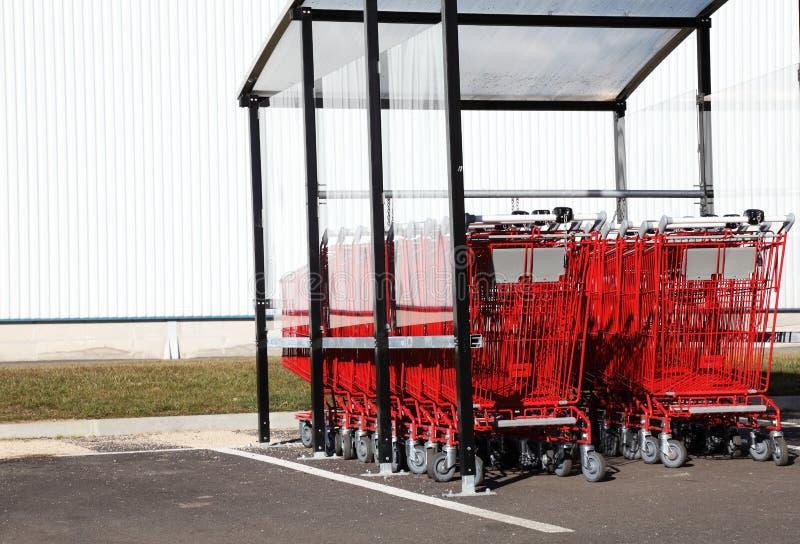 Carretillas rojas de las compras foto de archivo libre de regalías