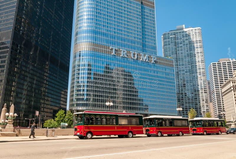 Carretillas rojas en la calle cerca de la torre del vagabundo en el centro de la ciudad de Chicago, los E.E.U.U. de Chicago fotos de archivo