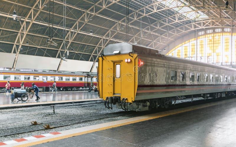 Carretones del tren del vintage que parquean en las vías del tren imágenes de archivo libres de regalías