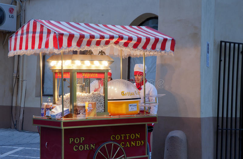 Carretto del popcorn alla notte in Europa immagini stock libere da diritti