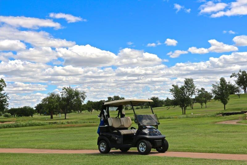 Carretto di golf aspettante fotografie stock libere da diritti