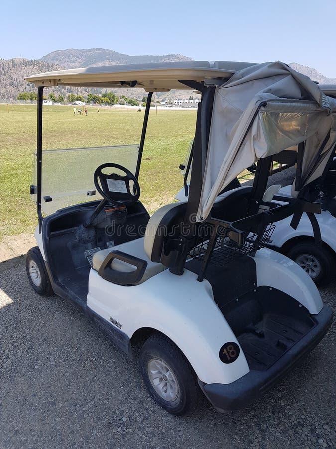 Carretto di golf bianco all'evento fotografia stock libera da diritti