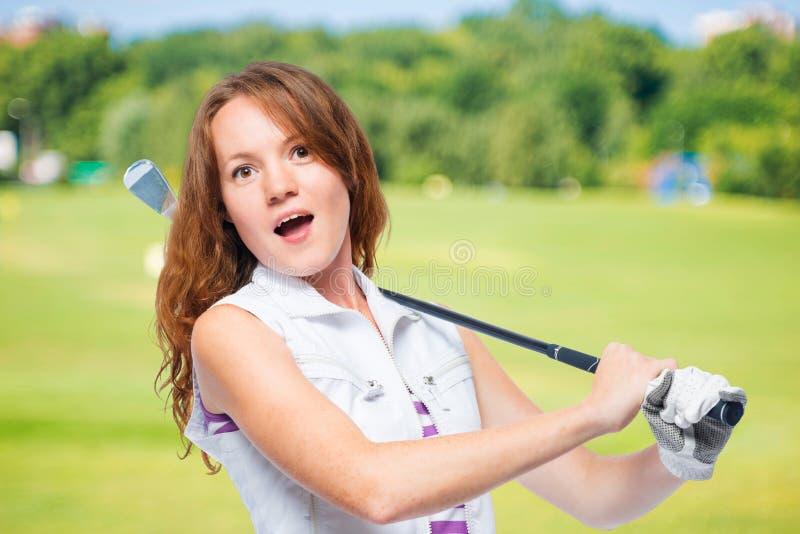 Carretto di golf sorpreso con il bastone immagini stock