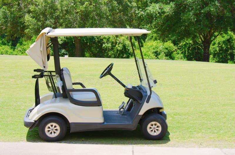 Carretto di golf su un campo da golf immagini stock