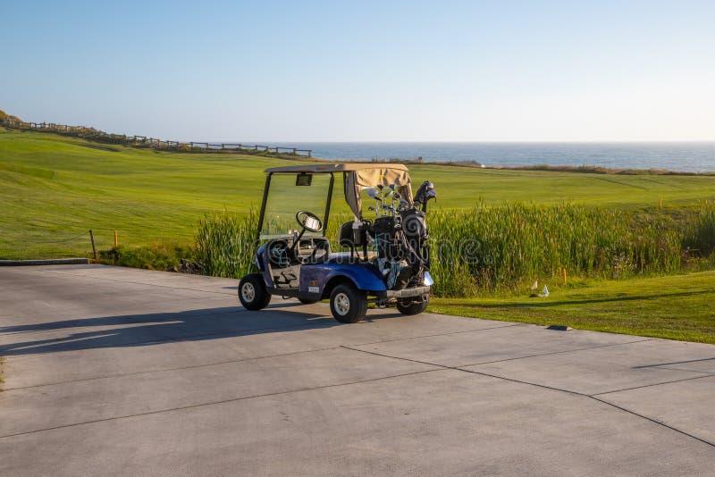 Carretto di golf sulla costa di California immagine stock