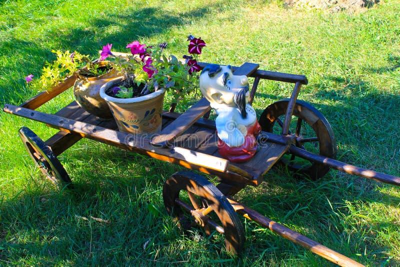 Carretto di legno con i vasi da fiori rustici in giardino fotografia stock immagine di - Carriola in legno da giardino ...