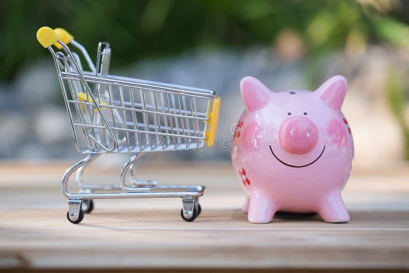 Carretto di spinta della drogheria del piccolo supermercato per la compera con il risparmio del consumatore del negozio del merca fotografie stock