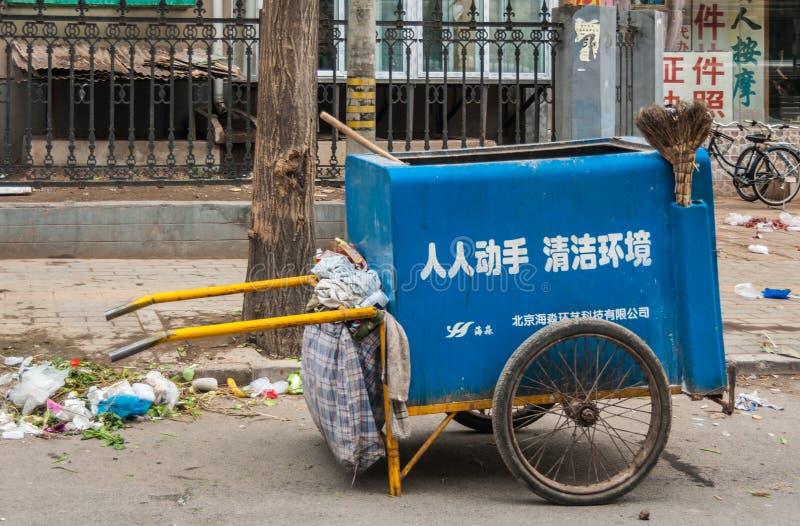 Carretto di spinta della raccolta di rifiuti in via fotografia stock