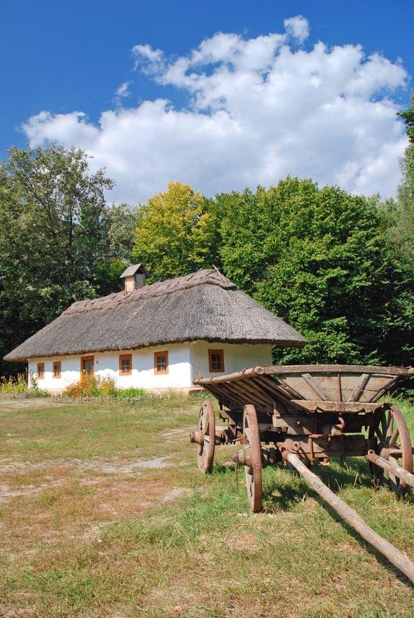 Carretto e capanna ucraini tradizionali immagine stock