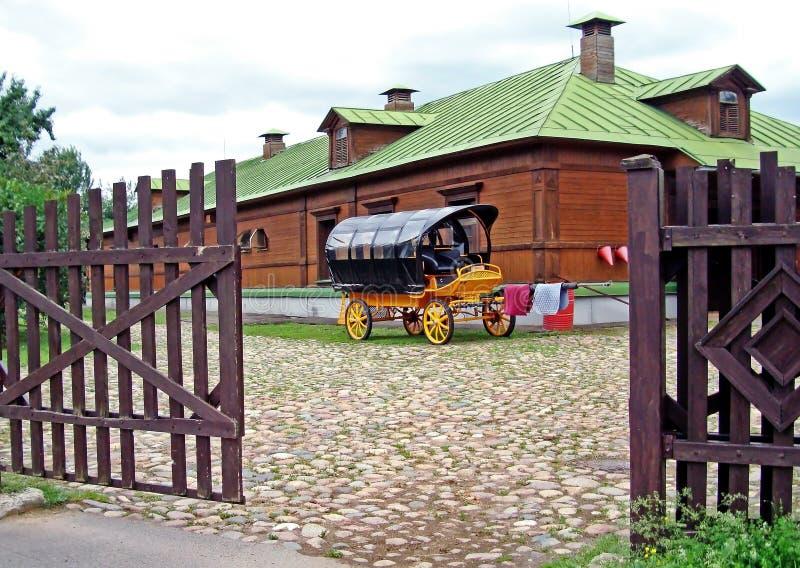Carretto variopinto del cavallo sui precedenti di una struttura di legno fotografia stock