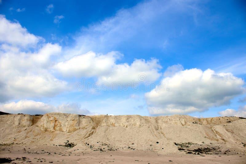 Carrière blanche de chaux sur un fond de ciel bleu avec des nuages images stock