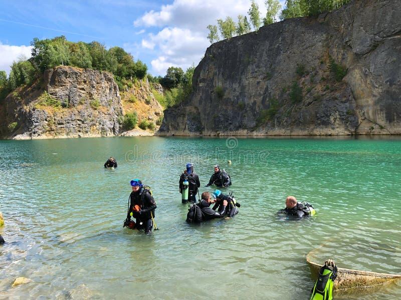 Carrière explorée par des plongeurs autonomes images stock