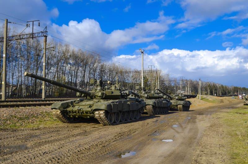 Carri armati corazzati russi potenti che stanno in argilla nella campagna contro il contesto di bello cielo di autunno immagine stock libera da diritti