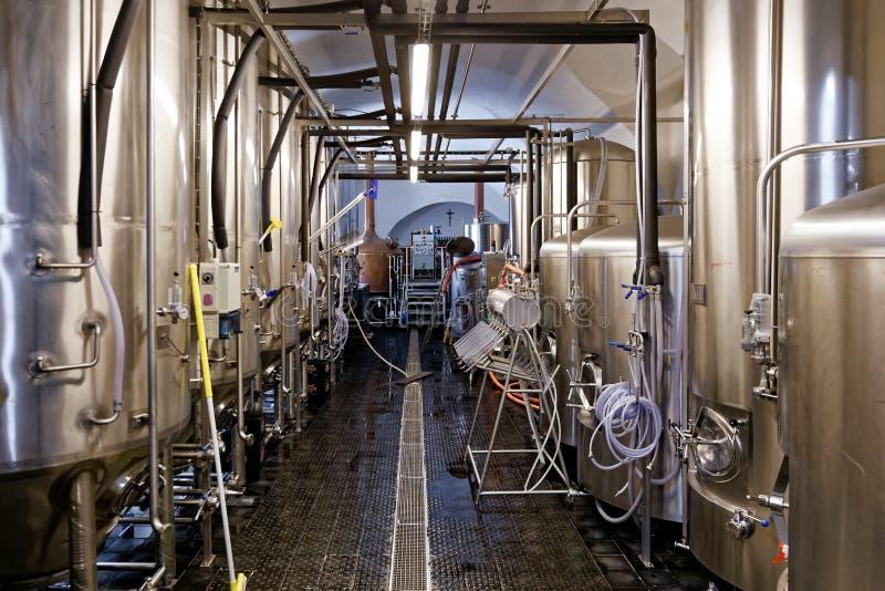 Carri armati del fermentatore in microbirrificio fotografia stock