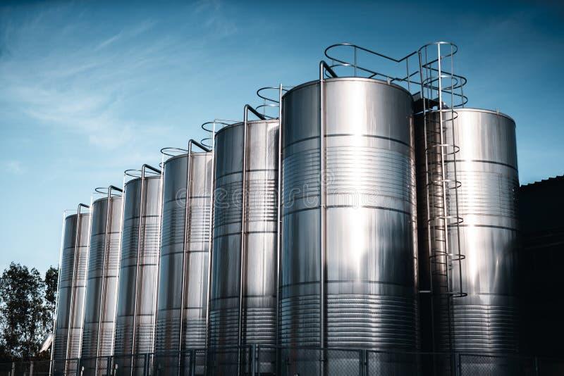 Carri armati della fabbrica del vino fuori fotografia stock libera da diritti