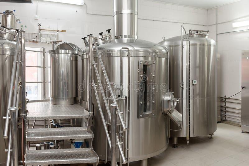 Carri armati di fabbricazione della birra, fabbrica di birra di piccola capacità fotografia stock