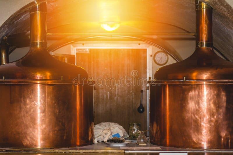 Carri armati di rame della birra nel ristorante ceco della fabbrica di birra fotografia stock libera da diritti