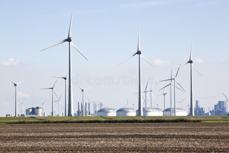 Carri armati per stoccaggio di petrolio ed i mulini a vento, Groninga, Paesi Bassi fotografie stock libere da diritti