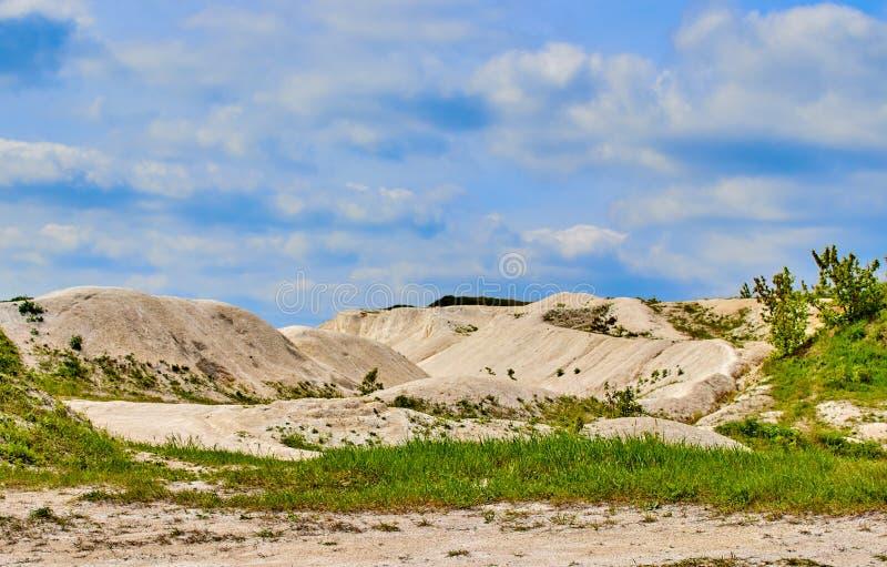 Carri?re blanche de chaux sur un fond de ciel bleu avec des nuages image stock
