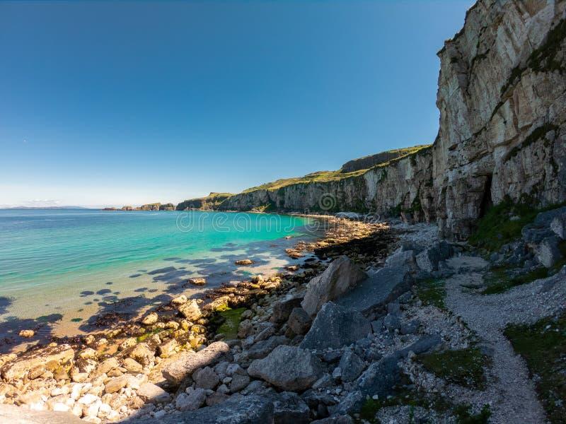 Carrick een Rede-Kabelbrug in Ballintoy Noord-Ierland mening over Klippen en het turkooise water van de Atlantische Oceaan stock foto's