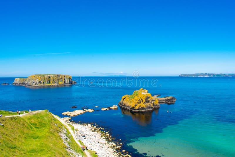 Carrick een Rede-Kabelbrug in Ballintoy, Noord-Ierland Mooi Landschap op Kust van de Atlantische Oceaan, Duidelijke blauwe en gro stock afbeelding