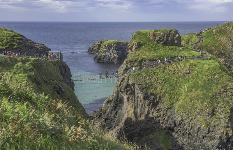 Carrick-a-Rede Kabelbrug een beroemde kabelbrug dichtbij Ballintoy in Provincie Antrim in Noord-Ierland stock afbeelding