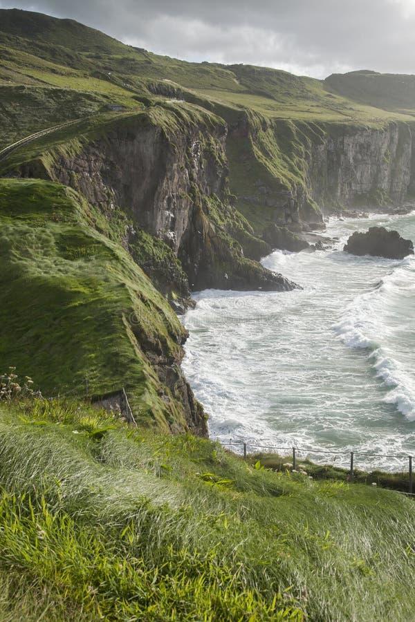 Carrick um Rede, passeio litoral da calçada de Giants foto de stock royalty free
