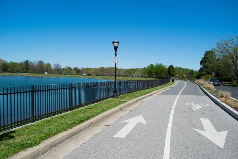 Carril de la bici al lado de un lago en Baltimore, Maryland foto de archivo