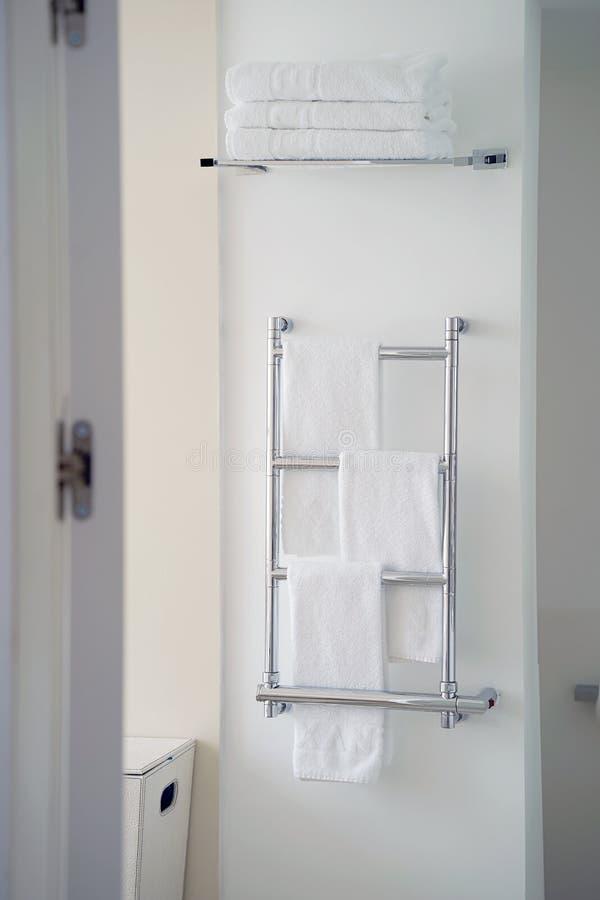 Carril de toalla de Chrome en el cuarto de baño imágenes de archivo libres de regalías