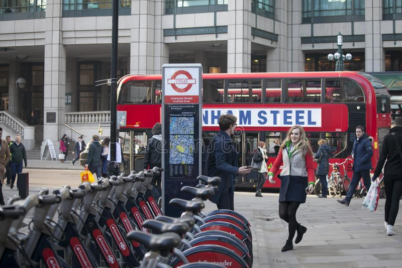 Carril del ladrillo de la calle al mediodía en el contraluz Prisa de la gente sobre su negocio Londres del este imagenes de archivo