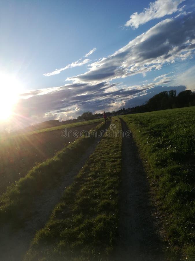 Carril, luz del sol, nubes fotografía de archivo