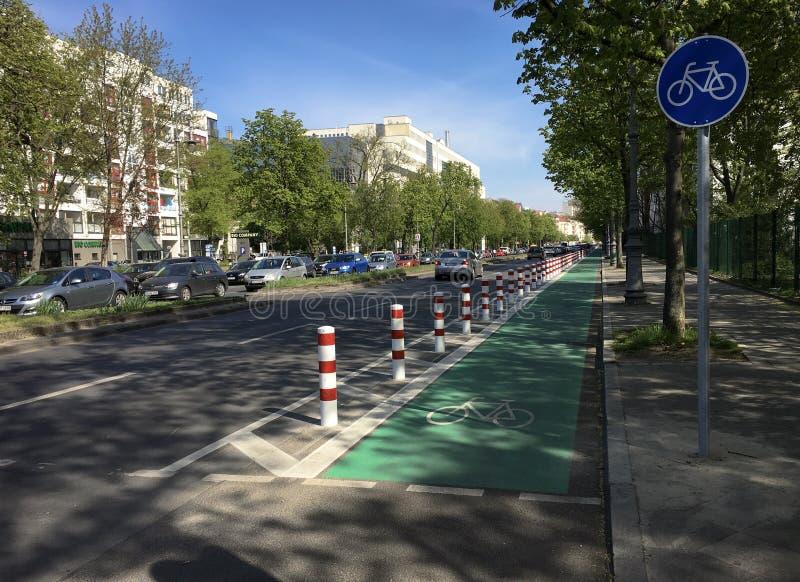 Carril protegido y dedicado de la bici en Berl?n - verde con la muestra de la bicicleta fotografía de archivo libre de regalías