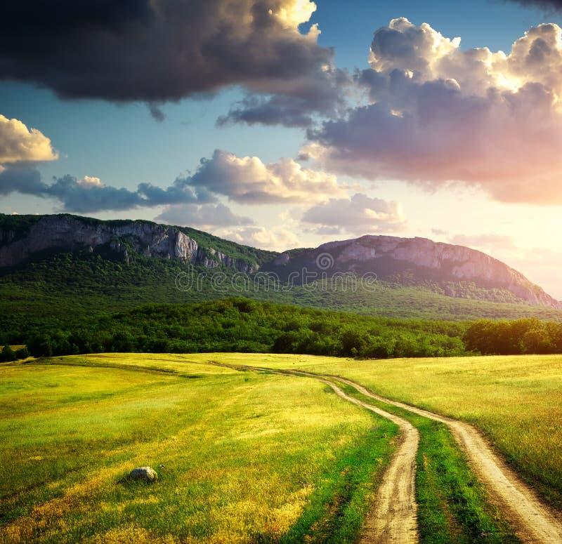 Carril y montaña del camino fotos de archivo