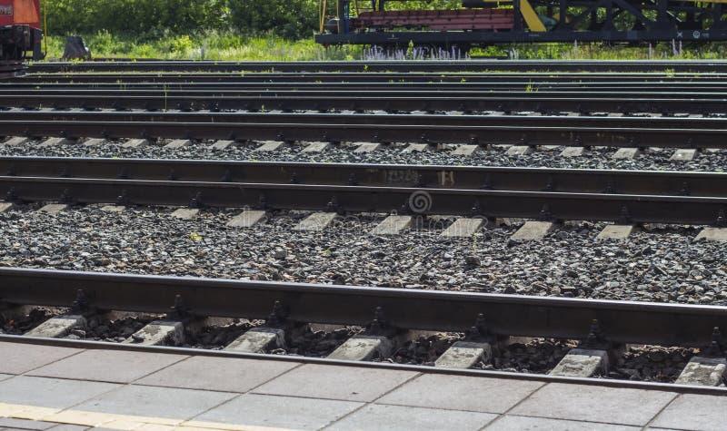 Carriles de acero ferroviarios de la vista lateral de los carriles Transporte por el carril imágenes de archivo libres de regalías