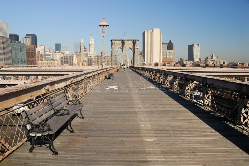 Carriles de la bici y del peatón en el puente de Brooklyn imagenes de archivo