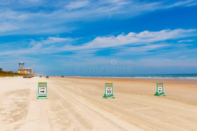Carriles de tráfico en la playa de Daytona Beach la Florida imágenes de archivo libres de regalías