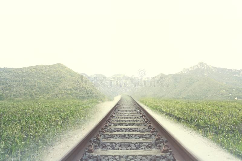 Carriles de un ferrocarril en un lugar rodeado por naturaleza foto de archivo libre de regalías