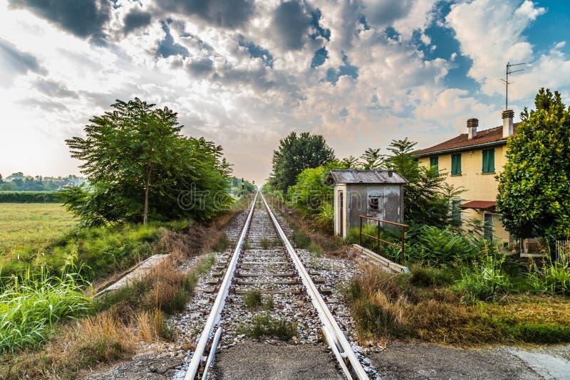 Carriles de una travesía de ferrocarril del país foto de archivo