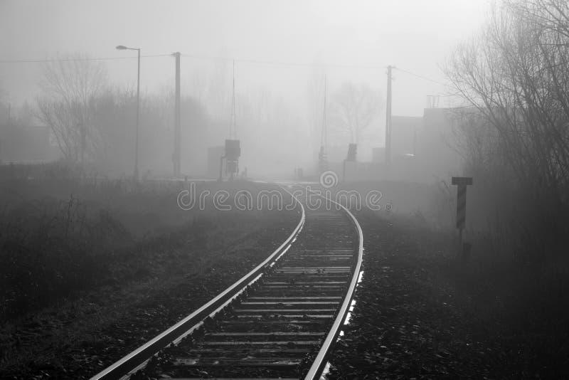 Carriles en la niebla fotografía de archivo